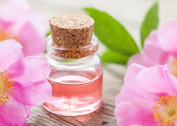Dưỡng da bằng nước hoa hồng – Chống lão hóa, cân bằng độ ẩm